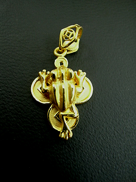 The pendant that gave my friend is similar to this one. Wearing a three-legged toad pendant is also very auspicious.