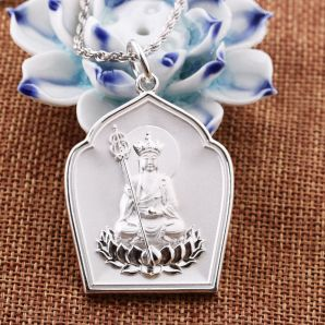 The Earth Store Bodhisattva Pendant should be in gold or platinum. Bodhisattva Earth Store is also known as Ksitigarbha Bodhisattva or Di Zhang Wang Pu Sa.